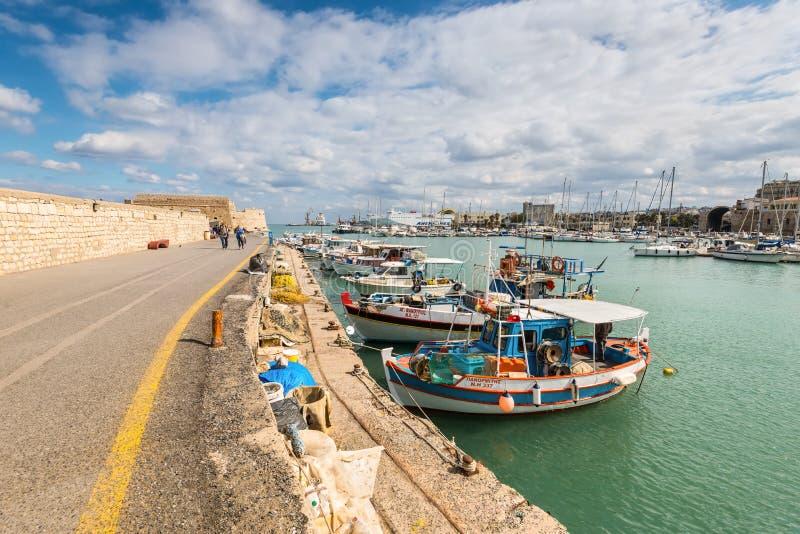 Porto di Candia con la vecchia fortezza veneziana di Koules, Creta, Grecia immagini stock libere da diritti