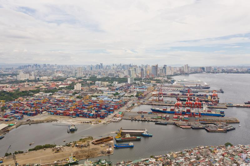 Porto di commercio a Manila Gru e contenitori del carico nel porto fotografie stock libere da diritti