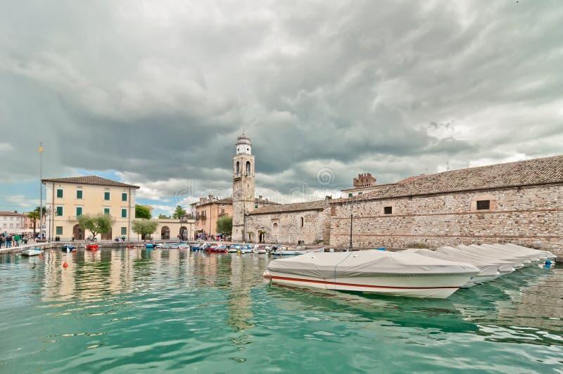 Porto di Lazise sulla polizia del lago - Italia immagine stock libera da diritti