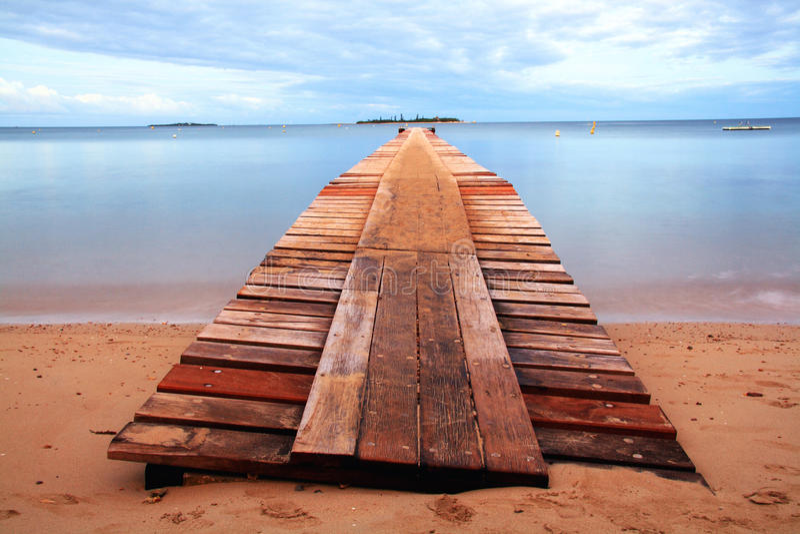 Porto di legno alla spiaggia di Noume immagine stock