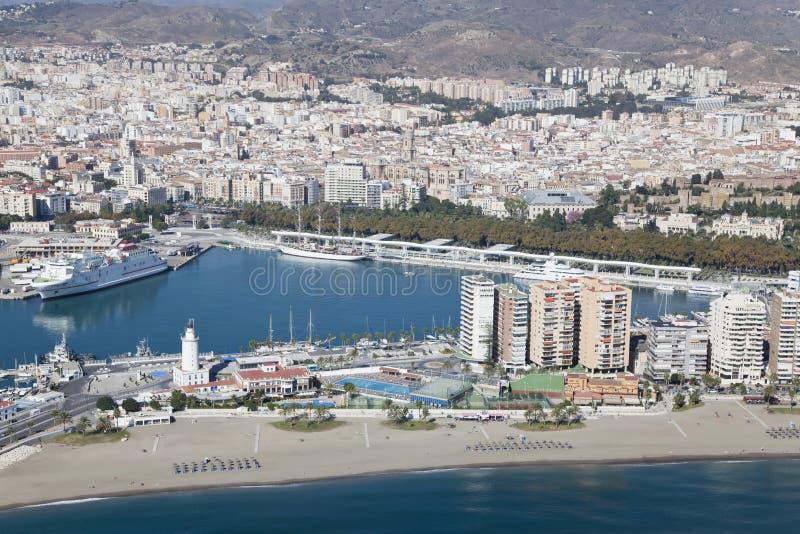 Porto di Malaga con la sua città alla parte posteriore veduta da aria. fotografia stock libera da diritti