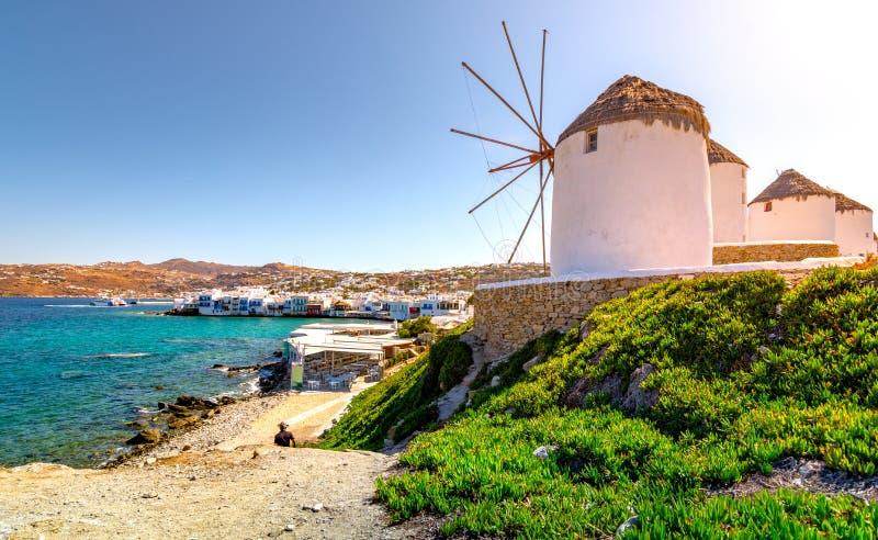 Porto di Mykonos con le barche ed i mulini a vento alla sera, isole di Cicladi, Grecia immagine stock