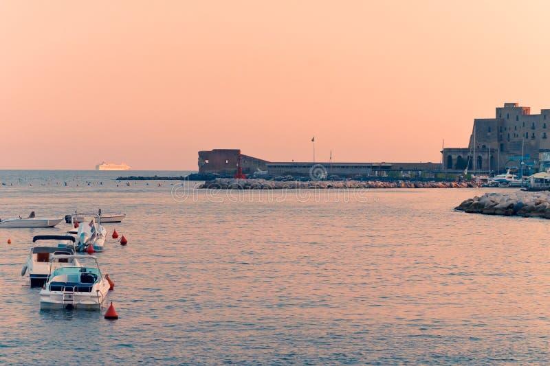 Porto di Napoli al tramonto fotografie stock libere da diritti