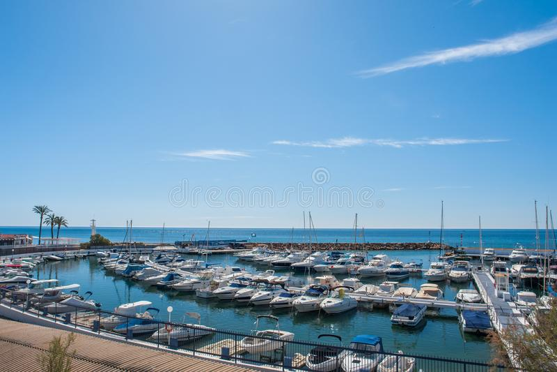 Porto di navigazione da diporto con i pescherecci e gli yacht di sport nel mar Mediterraneo un giorno di estate immagine stock libera da diritti