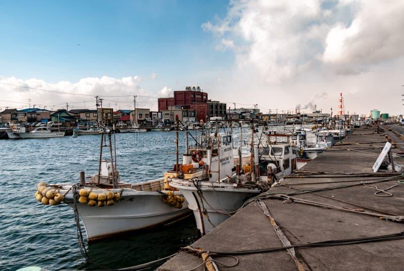 Porto di pesca giapponese - le barche hanno attraccato per il giorno immagine stock