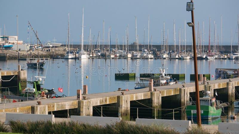 Porto di pesca in Povoa de Varzim, Portogallo con il molo e le barche immagini stock libere da diritti