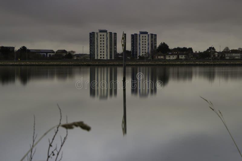 Porto di Poole che guarda fuori verso la novità fotografie stock