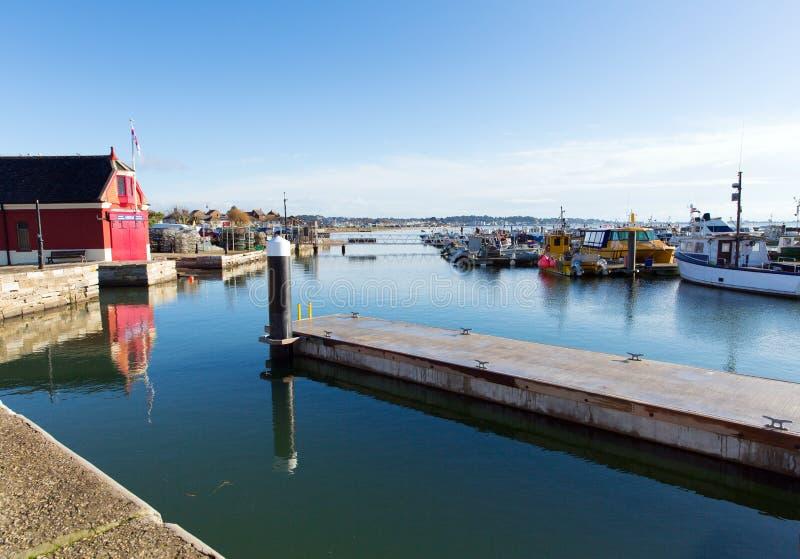Porto di Poole e banchina Dorset Inghilterra Regno Unito un bello giorno calmo con le barche ed il cielo blu immagini stock libere da diritti