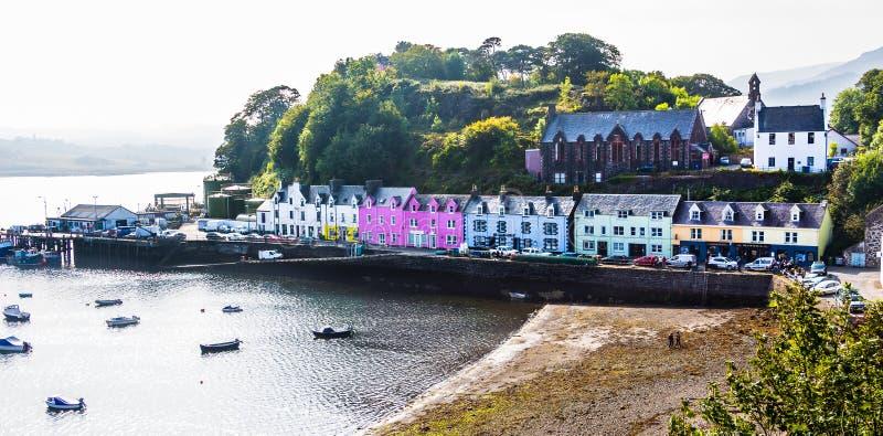 Porto di Portree e via di Quay in Skye, Scozia immagini stock