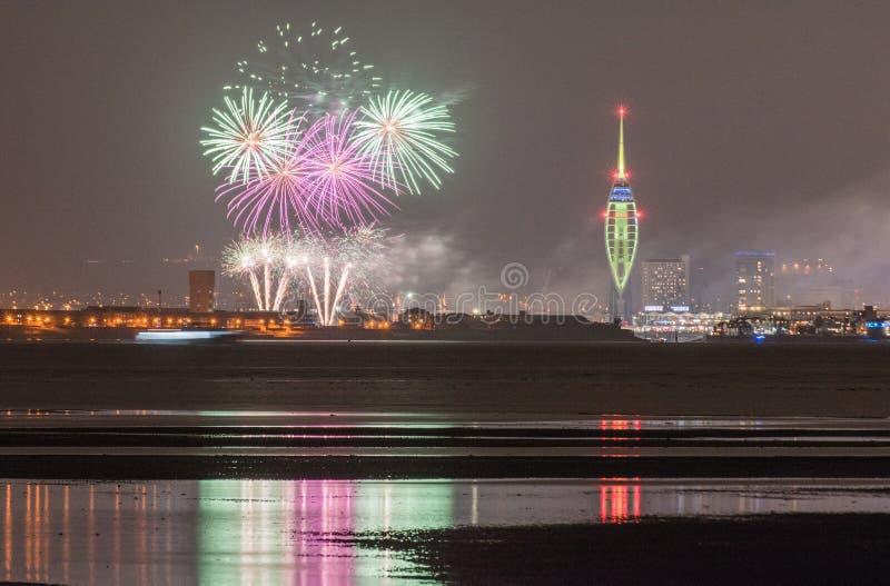 Porto di Portsmouth, fuochi d'artificio delle banchine di Gunwharf con le riflessioni immagine stock
