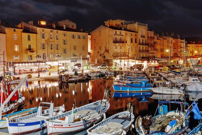 Porto di Saint Tropez alla notte, Francia fotografia stock