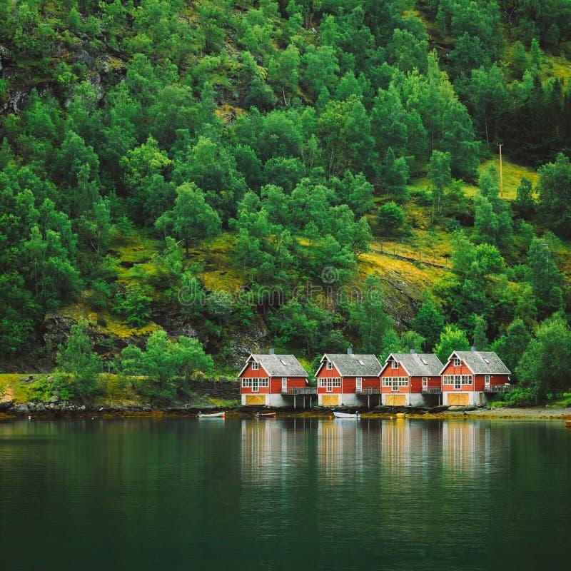 Porto di Sognefjord in Flam, Norvegia Bacini di legno rossi fotografie stock libere da diritti