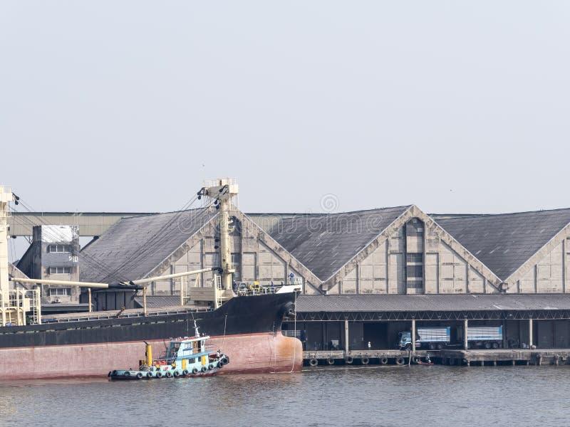 Porto di spedizione su Chao Phraya Riverside fotografia stock