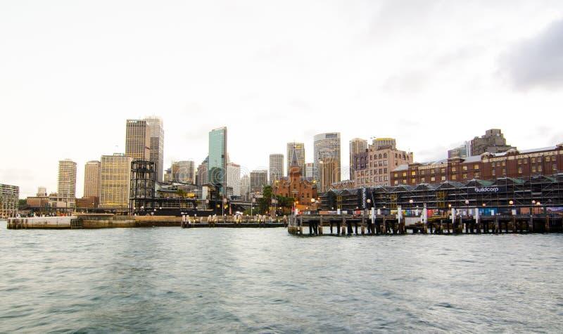 Porto di Sydney con il molo della baia del ` di Campbell e di paesaggio urbano s nel giorno del cielo nuvoloso fotografia stock libera da diritti