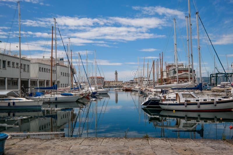 Porto di Trieste con molti barche e yacths fotografia stock