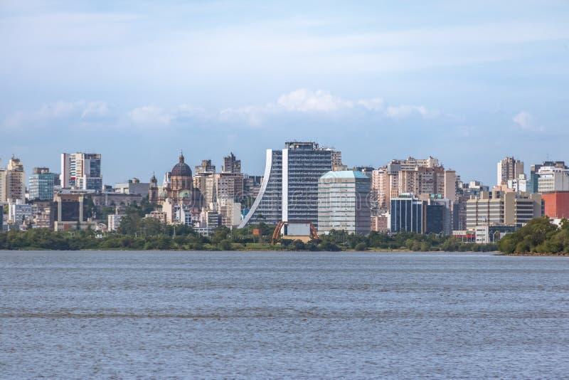 Porto do centro Alegre Skyline com construção e a catedral administrativas no rio de Guaiba - Porto Alegre, Rio Grande do Sul, Br imagem de stock royalty free