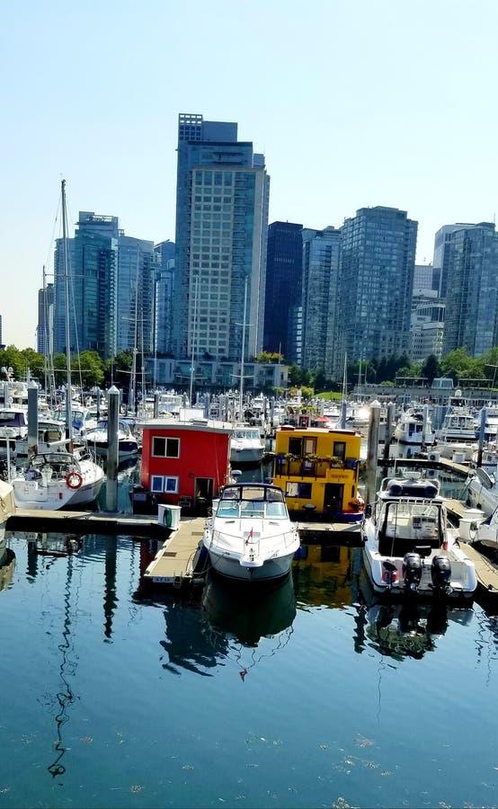 Porto do porto de carvão de Vancôver - casas de barco coloridas entre as elevações altas 'frias ' imagem de stock