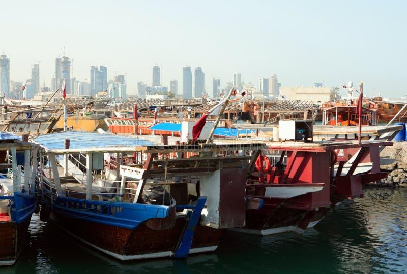 Porto do Dhow e skyline de Doha foto de stock royalty free