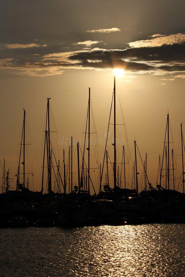 Porto do iate no por do sol imagens de stock royalty free