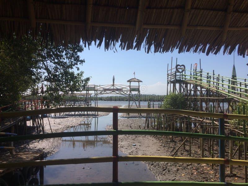Porto do porto na praia para barcos com madeira e bambu na ilha que é cercada pelo oceano imagem de stock royalty free