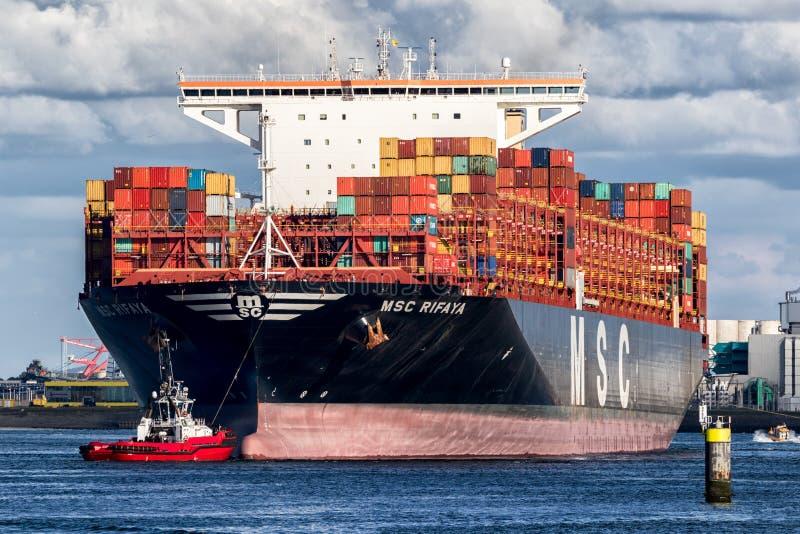 Porto do reboque do navio de recipiente fotografia de stock royalty free