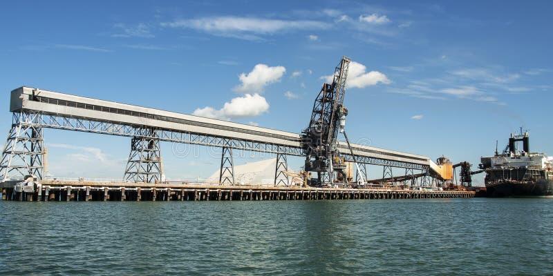 Porto/doca comerciais marítimos da margem com um navio imagens de stock