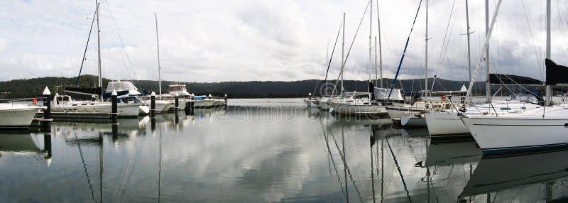 Porto/doca marítimos da margem com barcos foto de stock