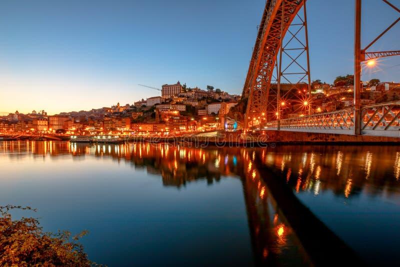 Porto Dom Luis som jag överbryggar arkivbilder