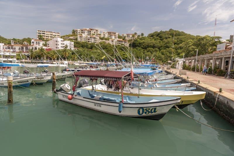 Porto e barcos em Santa Cruz Huatulco Mexico fotografia de stock royalty free
