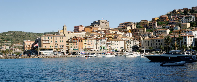 Porto e cidade de Orbetello imagens de stock
