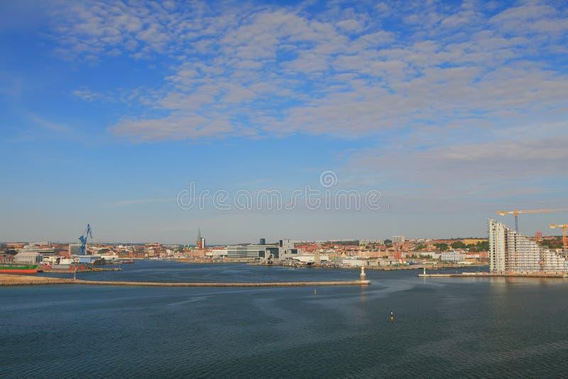 Porto e cidade na costa de mar Aarhus, Jutland, Dinamarca fotos de stock royalty free