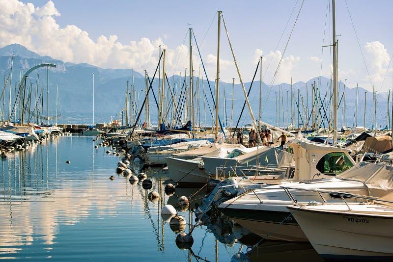 Porto e iate no lago Genebra em Suíça de Lausana imagem de stock