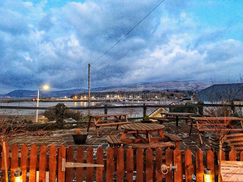 Porto e montagne fotografia stock