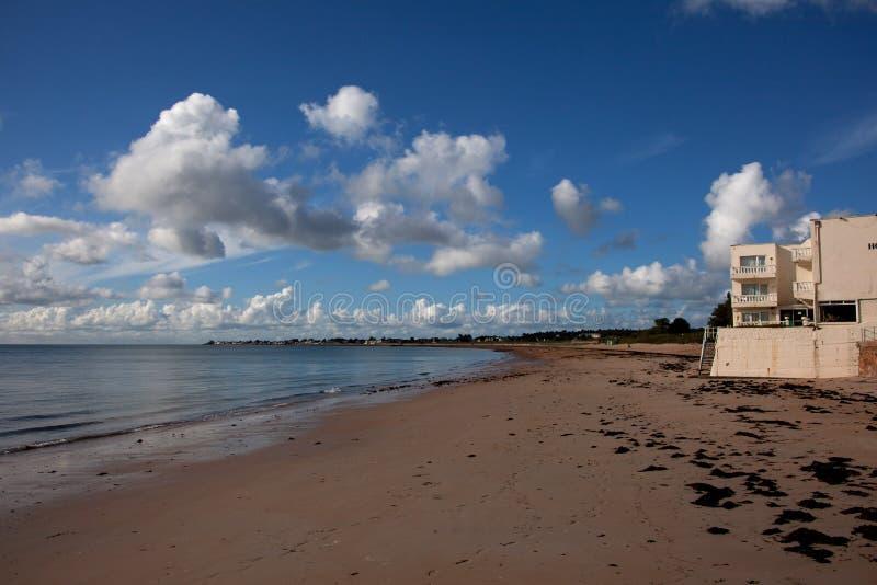 Porto e praia de Gorey imagem de stock