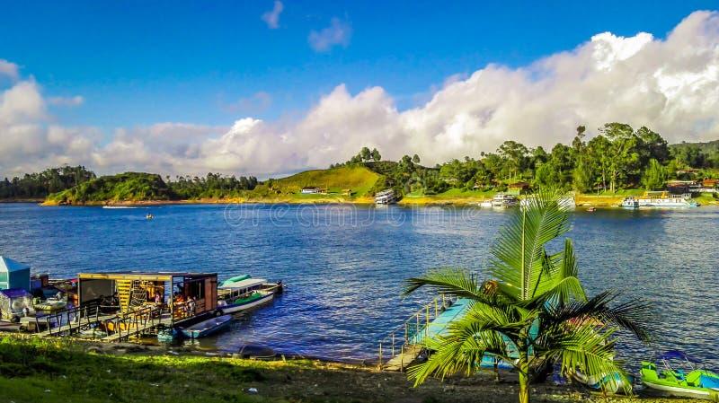 porto e vegetação azuis do lago fotografia de stock