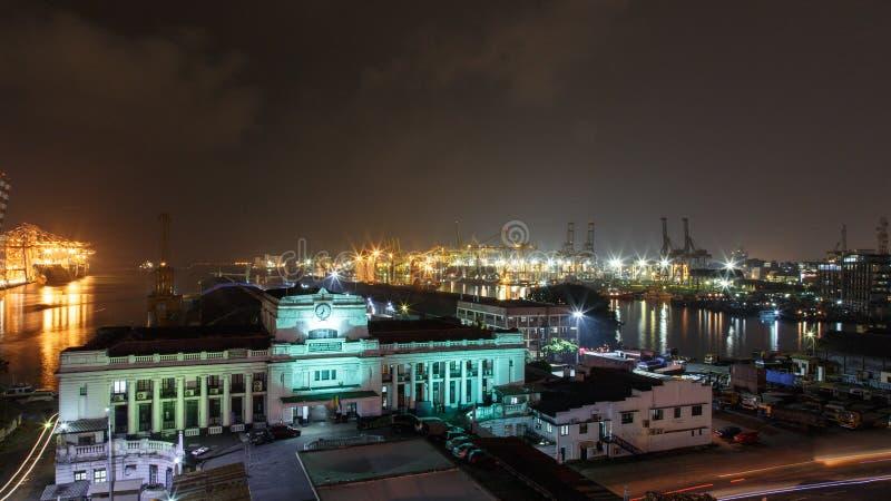 Porto ed abitudini di Colombo che costruiscono alla notte fotografie stock