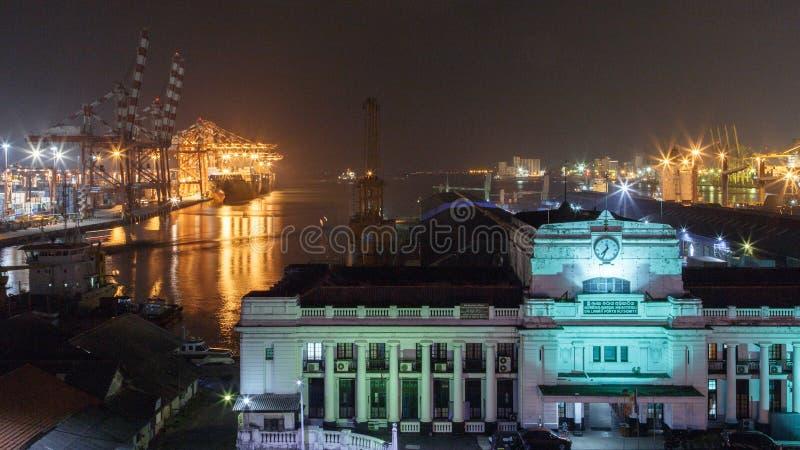 Porto ed abitudini di Colombo che costruiscono alla notte immagine stock libera da diritti