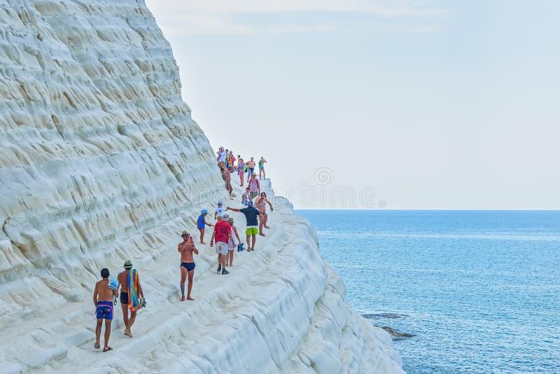 PORTO EMPEDOCLE, ITALIA - AGOSTO DE 2015: Algunos turistas en el dei Turchi, una de Scala de la playa de las playas más hermosas  foto de archivo