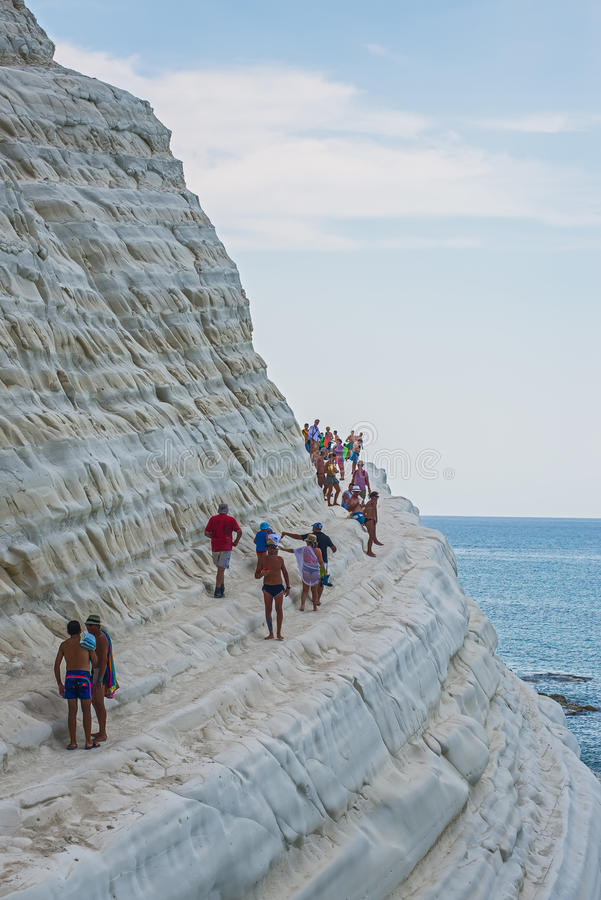 PORTO EMPEDOCLE, ITALIE - AOÛT 2015 : Quelques touristes dans le dei Turchi, une de Scala de plage des plages les plus belles en  photo stock