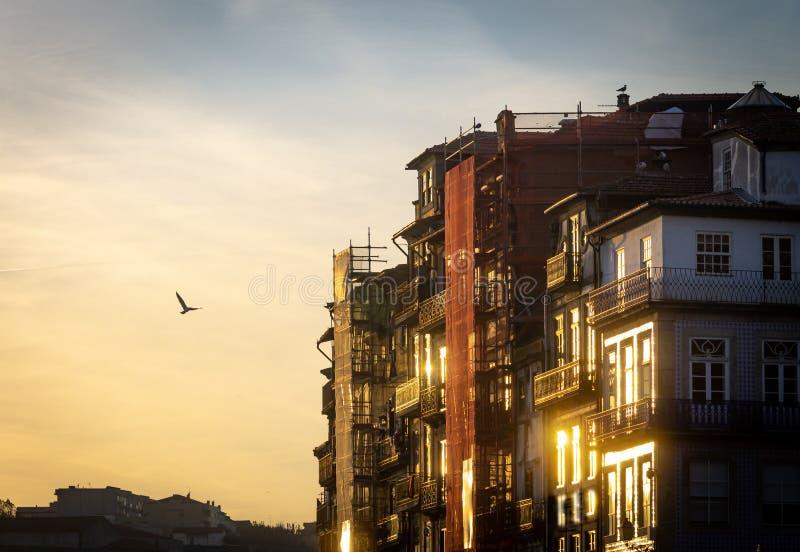 Porto en construction au coucher du soleil photo stock