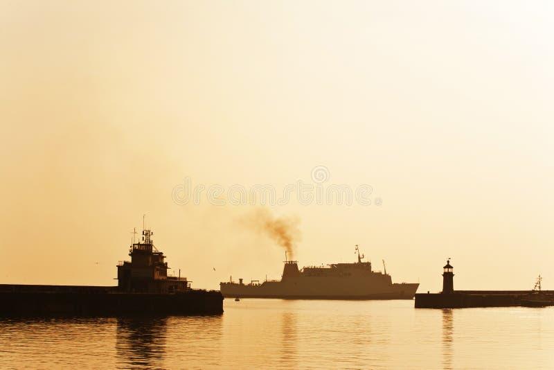 Porto entrando do navio de cruzeiros fotografia de stock
