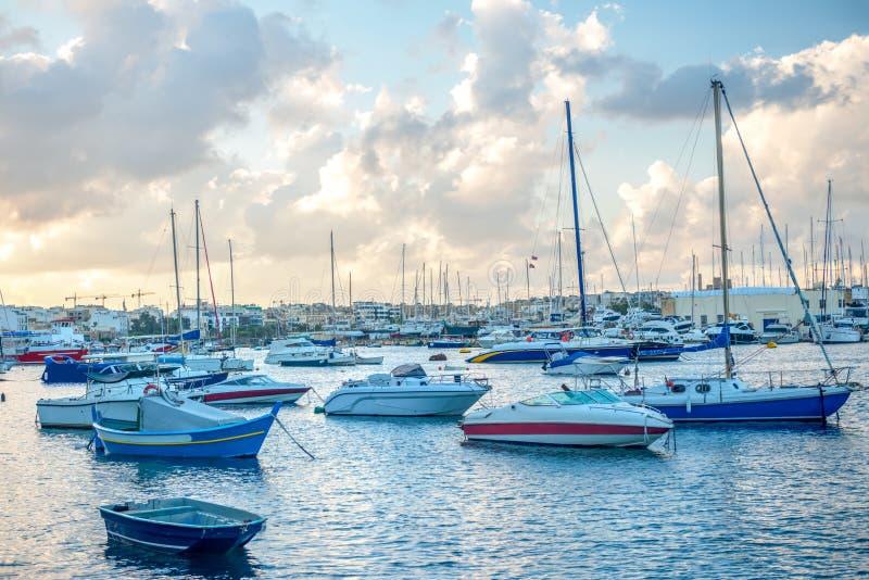 porto europeo con l'yacht e la barca maltesi immagine stock