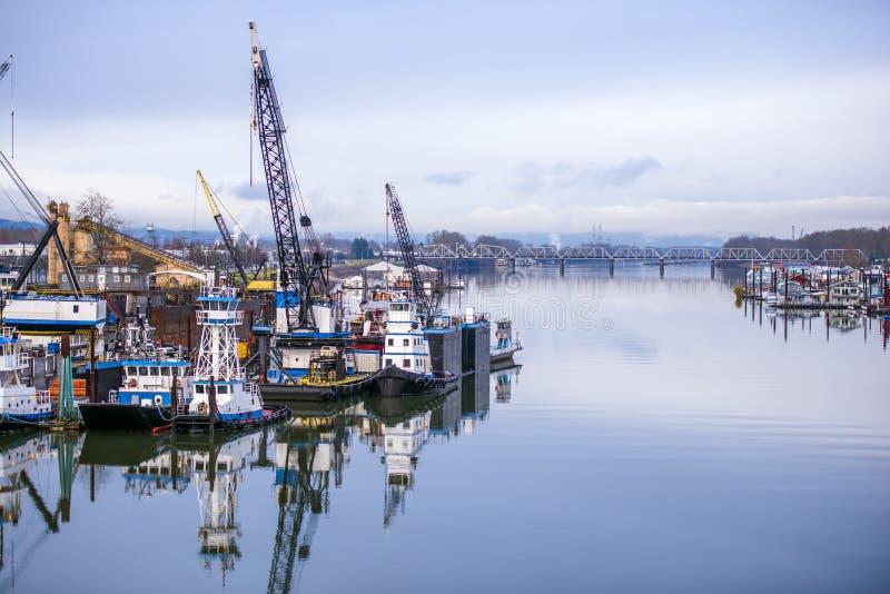 Porto fluviale industriale sul fiume Columbia a Portland immagini stock
