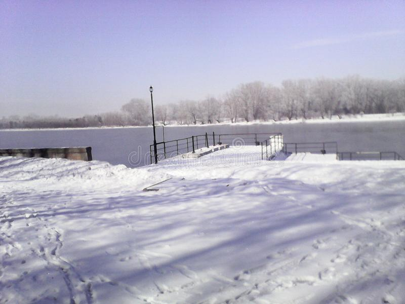 Porto fluviale nel villaggio di Shushenskoye sul fiume Enisej immagine stock libera da diritti