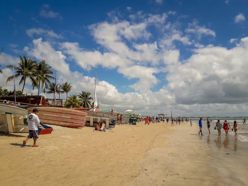 Porto Galinhas, Pernambuco, Brasilien, mars 16, 2019 - folk som tycker om stranden royaltyfria foton