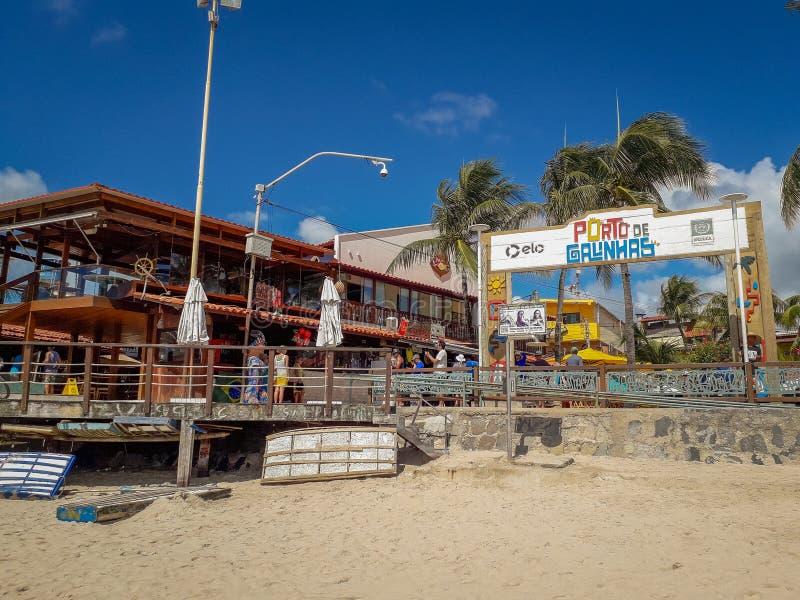 Porto Galinhas, Pernambuco, Brasilien, mars 16, 2019 - folk som tycker om stranden arkivfoton