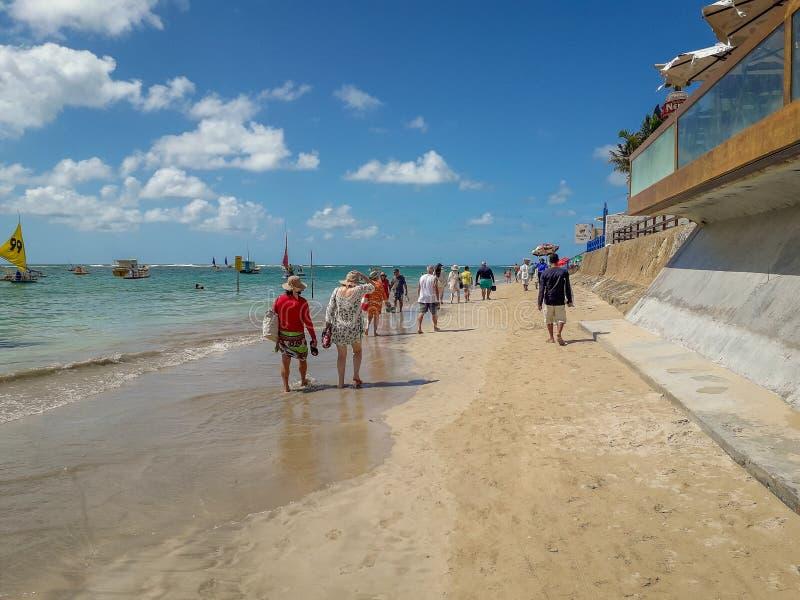 Porto Galinhas, Pernambuco, Brasilien, mars 16,2019: Solig dag på stranden av Porto Galinhas, folk som tycker om solen, fotografering för bildbyråer