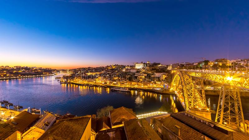 Porto gammal stad och Dom Luis Bridge under solnedgång royaltyfria foton