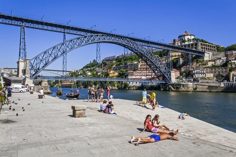 Porto - gens du pays appréciant le secteur de Ribeira image libre de droits