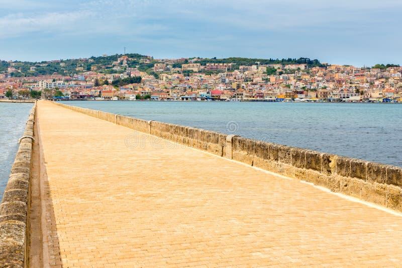 Porto grego Argostoli da cidade com a estrada na ponte imagem de stock